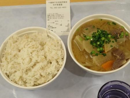 千葉県庁地下1階生協食堂の麦飯と豚汁