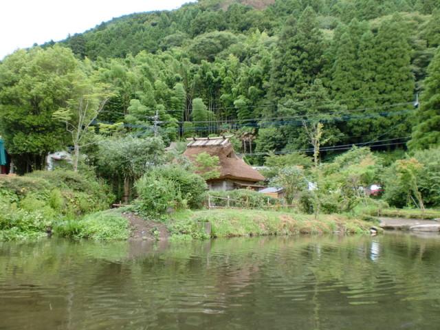 金鱗湖はんの茅葺き屋根
