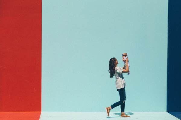赤ちゃんを抱っこしている写真
