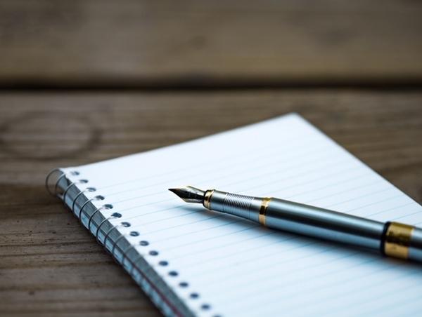 紙とペンの写真