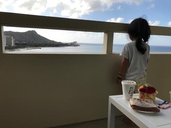 寝起きでパジャマ姿の娘と朝食