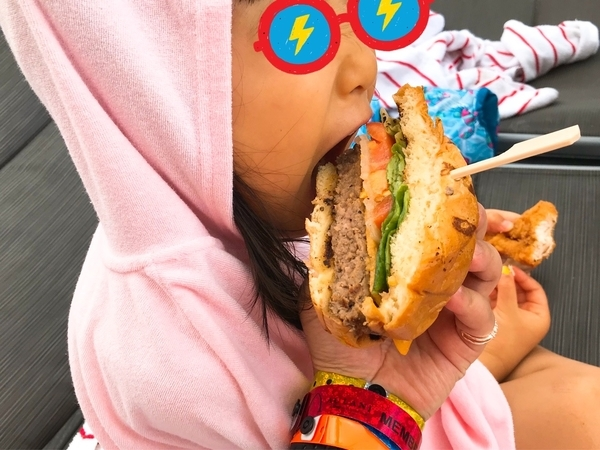 ハンバーガーを食べる娘