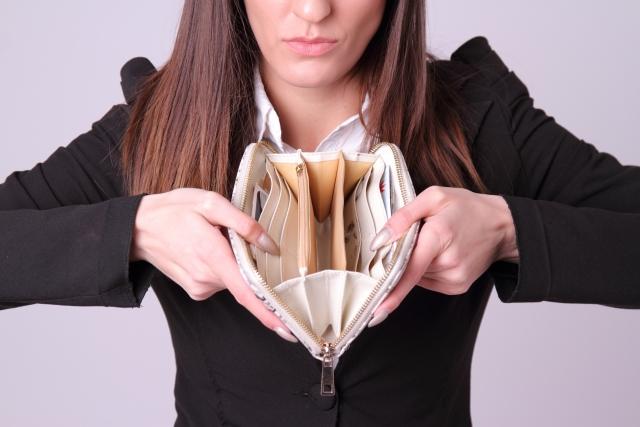 女性が財布を持っている画像