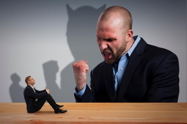 怖い人に怒られている人の画像