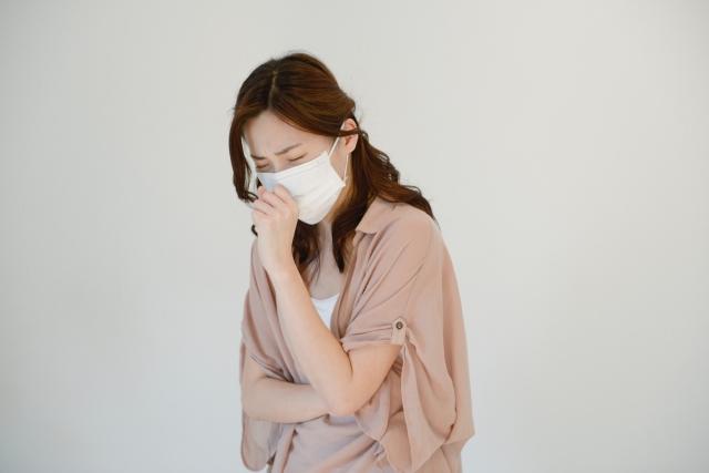 咳をする女性の画像