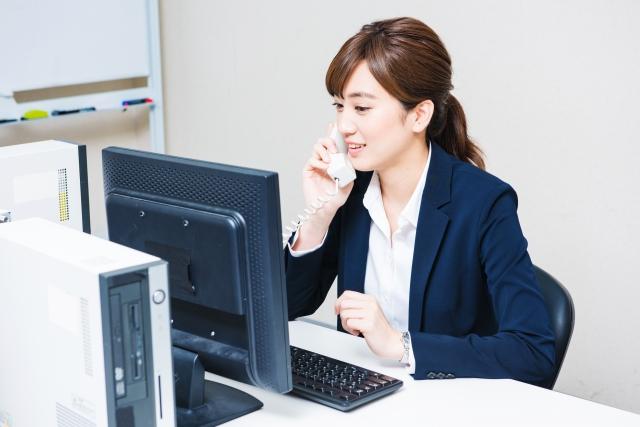 電話をする女子社員の画像