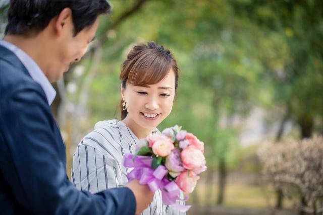 プロポーズを受ける女性の画像