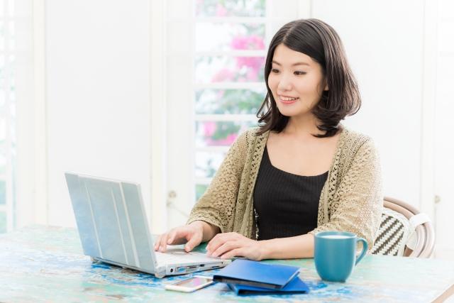 パソコンを操作する女性の画像