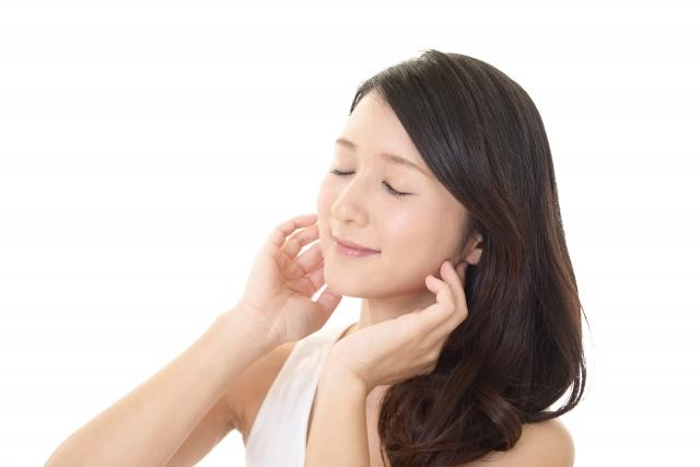 耳を澄ます女性の画像