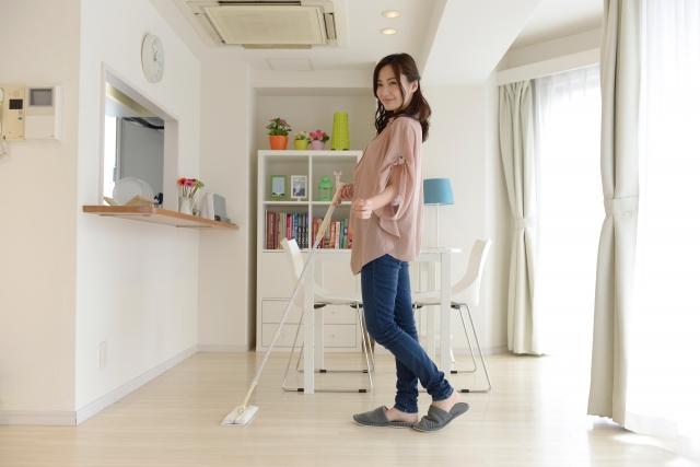 掃除をする女性の画像