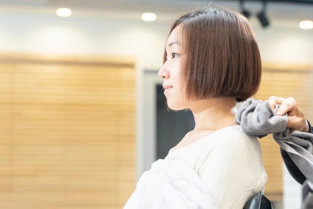 美容院で髪をカットする女性の画像