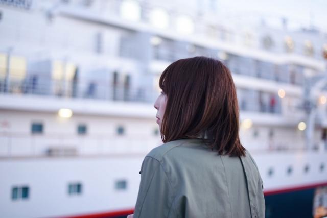 船と女性の画像