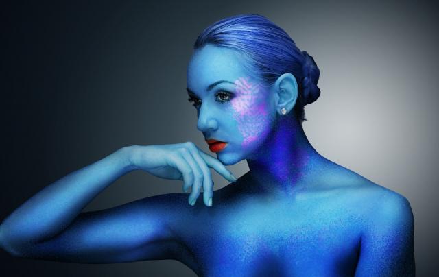 青い色の女性裸体のゴーストの画像