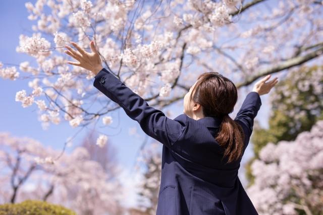桜と女性の画像