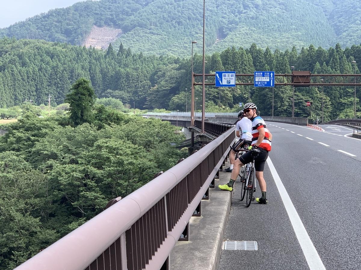 日塩有料道路を自転車で進む