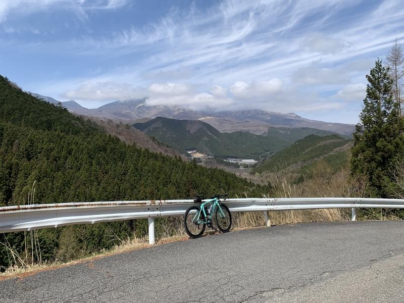 栃木県道277号線滝ヶ原峠からの女峰山とビアンキ