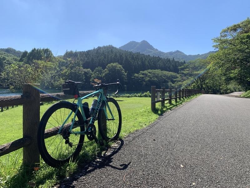 宇都宮市森林公園赤川ダム湖畔からの古賀志山とBianchi