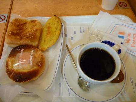 20100428の朝食。ヴィドフランス。タラモ&ゴボウ、ローストナッツチキ