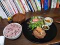 20100815の夕食。トアル食堂。枝豆入りハンバーグおろしポン酢、黒米入