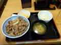 20100903の夕食。姫路駅構内の吉野屋。牛丼大盛り、味噌汁、コールスロ