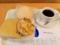 20110208の朝食。ヴィドフランス。塩パン、イチゴパン、オニオン&ハム