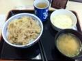 20110416の昼食。三宮の吉野屋。豚丼、味噌汁、コールスロー。