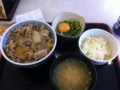 20110422の昼食。吉野屋。豚丼、ネギ玉、味噌汁、コールスロー。