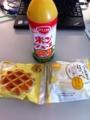 20110708の朝食。ポンジュース、マネケンのワッフル、うさぎのほっぺ。