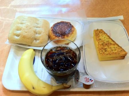 20110713の朝食。ヴィドフランス。バナナ、アイスコーヒー、塩パン、ク
