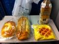20110729の朝食。コーヒー、クリームパン、ソーセージパン、バナナワッ