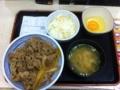 20111007の夕食。吉野屋。牛丼、味噌汁、コールスロー、玉子。