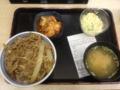 20111126の夕食。吉野屋。牛丼、味噌汁、コールスロー、キムチ。