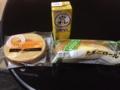 20120116の軽食。玉子パン、バームクーヘン、バナナジュース。