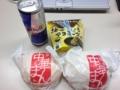 20120126の朝食。塩肉まん、ピザマン、レッドブル、からあげクン。