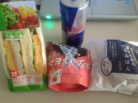 20120410の朝食。ハムと玉子焼きのサンドイッチ、米粉のクルミパン、か