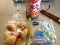20120706の朝食。モッチーボール、うさぎのほっぺ、ポンジュース。