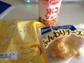 20120803の朝食。ポンジュース、クリームパン、ふんわりチーズ。