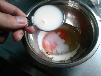 まずは卵と牛乳を混ぜるか