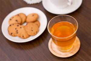 紅茶とクッキーで優雅なティータイム(嫁はこういうのが好き)
