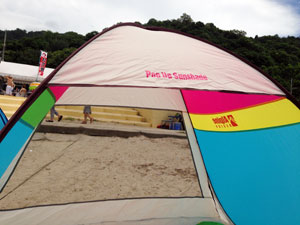 最近購入した組み立て式のテントの出番だ。