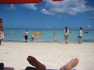 白いビーチと青い空ときれいな海