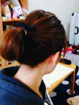 看護師の髪型 ポニーテール+リボン+ピン