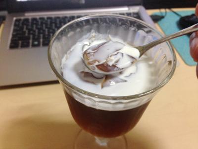ミルクをかけたコーヒーゼリー
