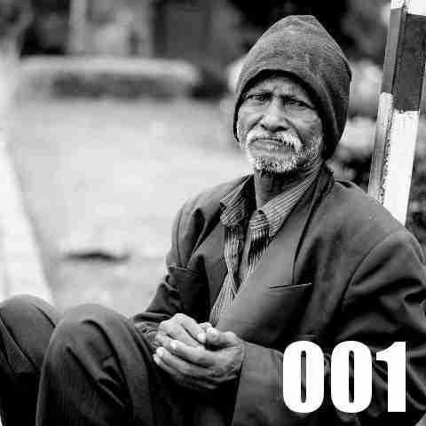 目で問いかける老人