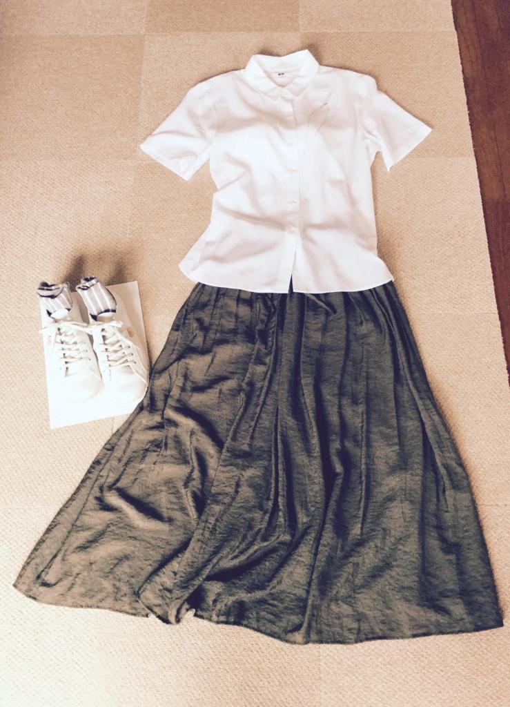 ユニクロレーヨンシャツとカーキのスカート