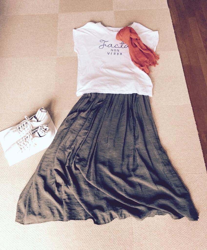 白ロゴTシャツとスカート
