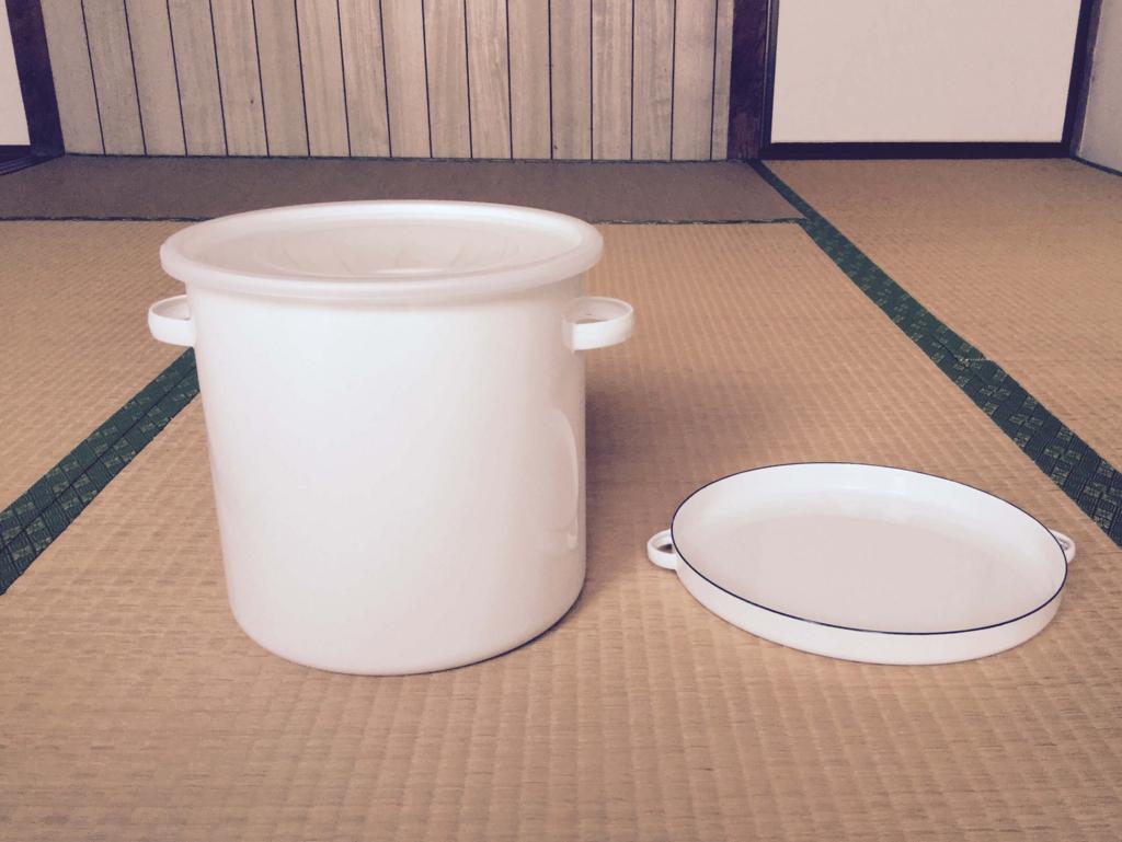 琺瑯の容器は米びつ