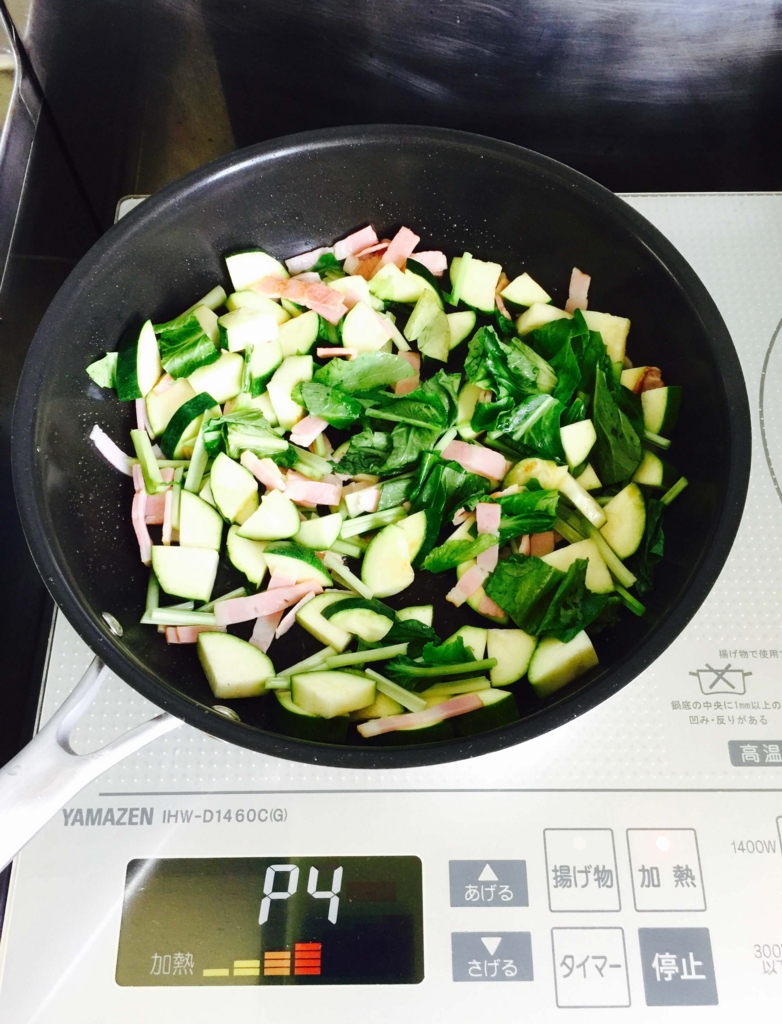 冷蔵庫にある野菜を炒める