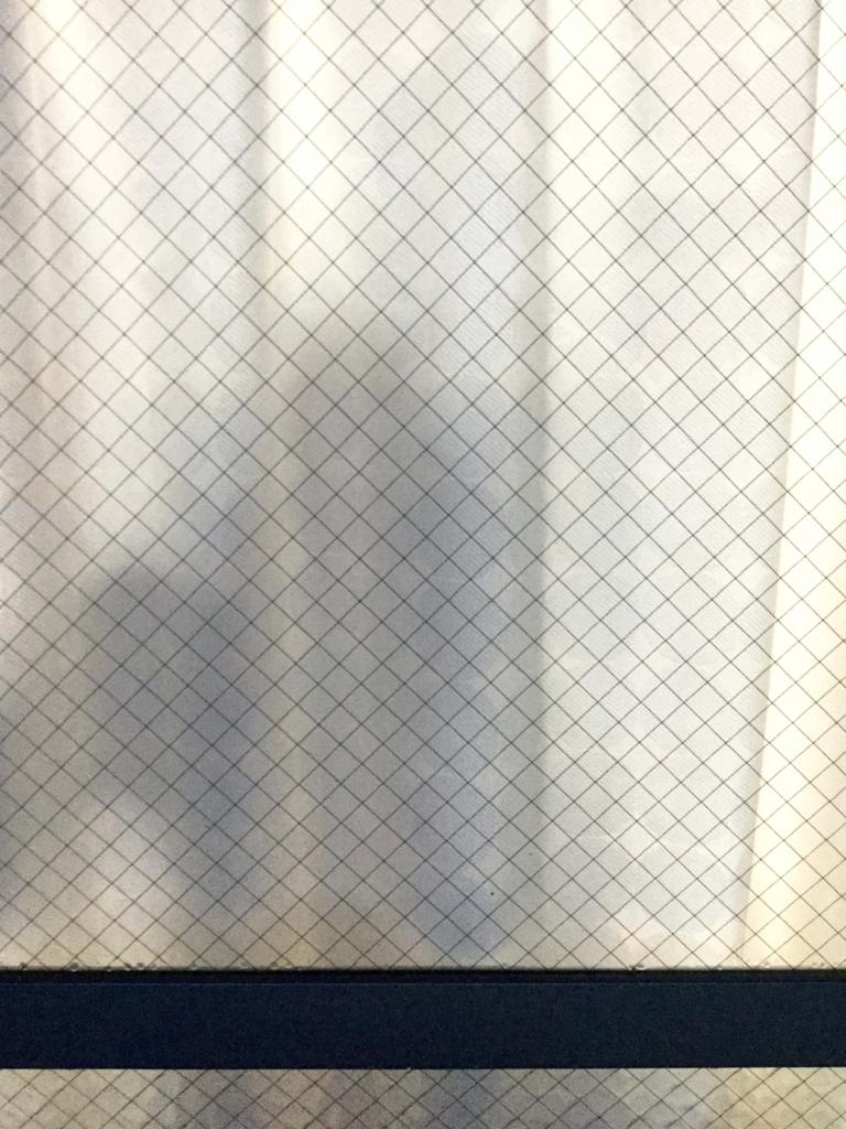 旦那さんにカーテンの近くで立ってもらいました