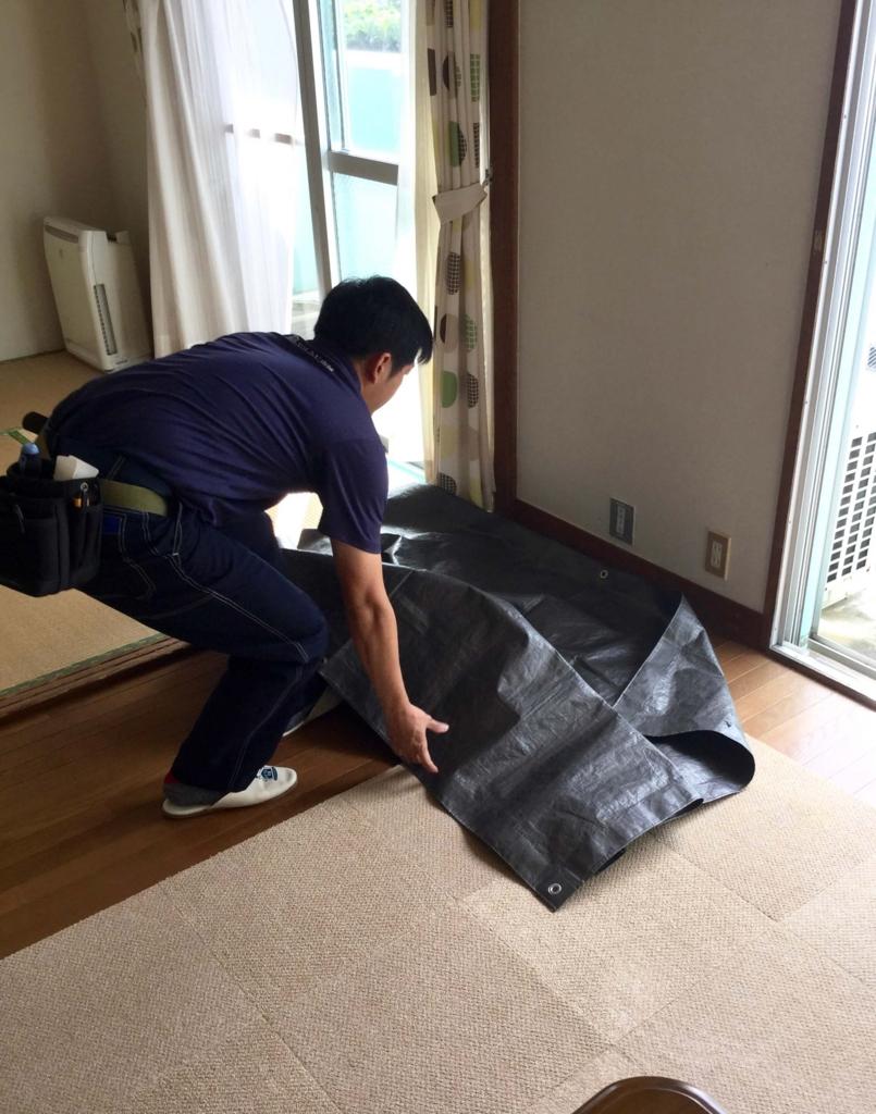 シートを敷いて床が汚れないよう養生します